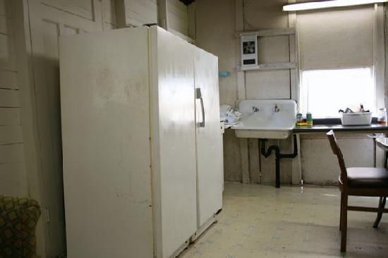 Plank Road Cottages & Marina: Kitchen of large cottage. Dirty fridge.