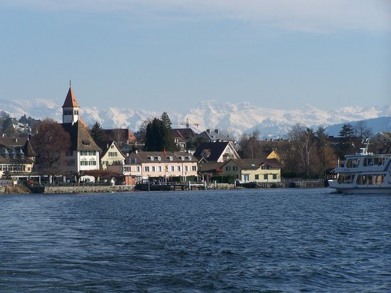 Zurique, Suíça: Lake Zurich and mountains in the back