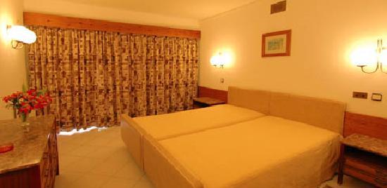 Hotel Apartment Algar: Bedroom (with acess to balcony)