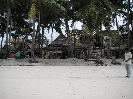 Boracay SandCastles The Apartments: access to the hotel from the front