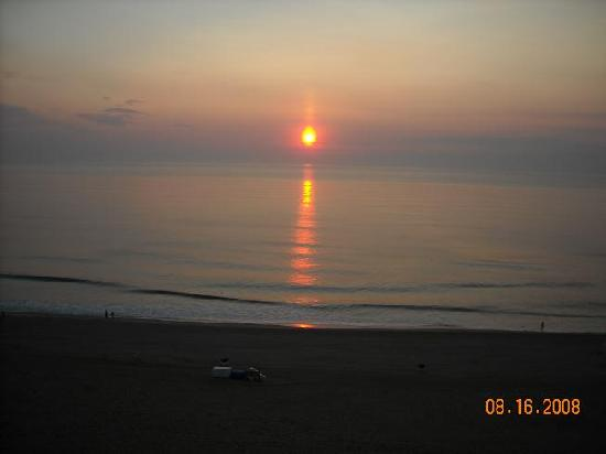 Holiday Inn Oceanside Virginia Beach: Sunrise from balcony