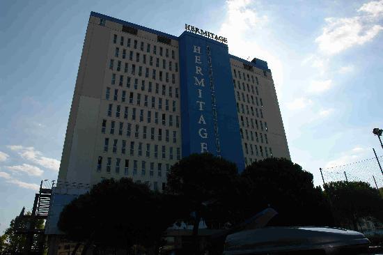 Hermitage Hotel Club & Spa: L'albergo visto dai parcheggi interni