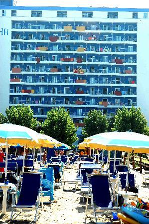 Hermitage Hotel Club & Spa: L'albergo (con vista Italia 1) dalla battigia