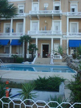 Amalia, Hotel