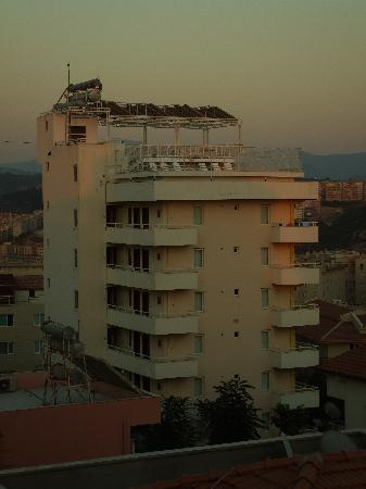 Hotel Ogerim: View from balcony of Sahin Yuvasi (Tulat apartments with pool on roof)