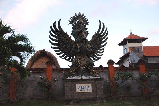 Hotel Puri Rai: large statue
