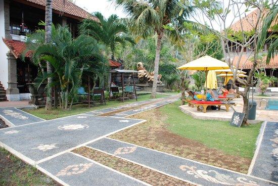 Hotel Puri Rai : hotel grounds