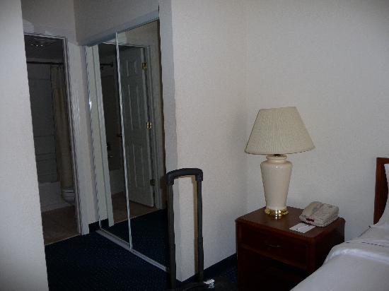 Residence Inn Mystic Groton : 1st bedroom toward bathroom