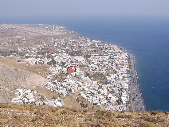 Syrigos Selini Hotel: Syrigos Hotel (circled) from Mount Vouna (Ancient Thira)