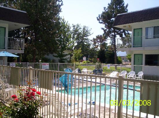 Motel 6 Yreka: Another view of pool area