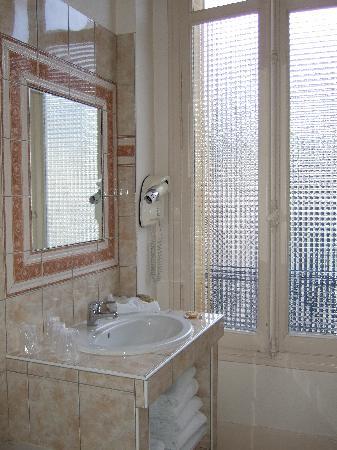 Hotel Arlequin : Bathroom 1