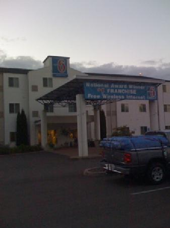 Motel 6 Roseburg : Front Sign