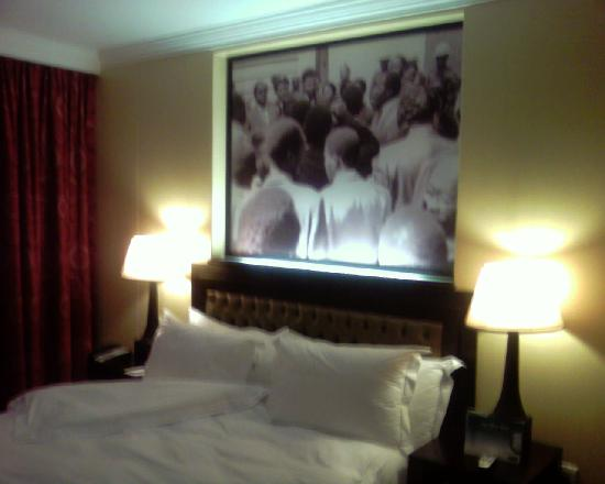 Soweto Hotel & Conference Centre : Nelson Mandela above the bed