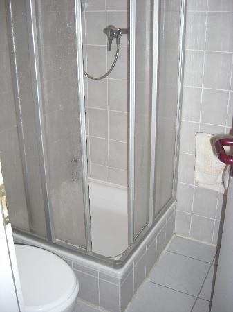 Pension Plagwitz: Das EIGENE Bad. Wird jeden Tag gereinigt und wenn man will kriegt man täglich ein neues Handtuch