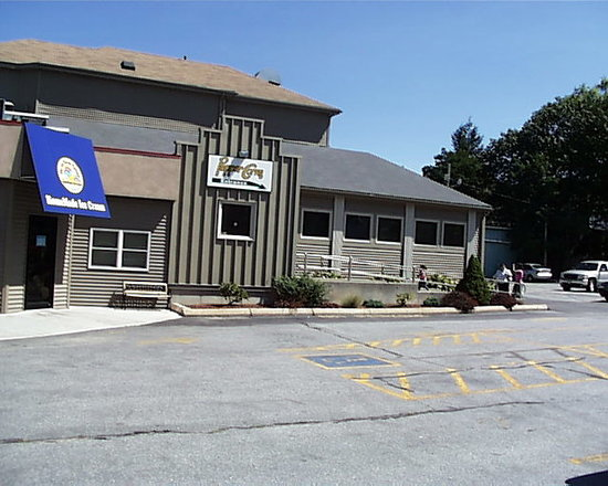 Peppercorns Grille & Bar: Peppercorns is set in and oddly shaped building in an excellent location