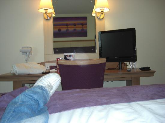 Premier Inn London Docklands (Excel) Hotel : Desk and flatscreen TV