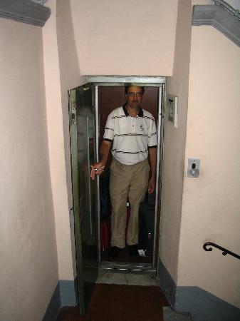 โรงแรมอีไลท์: The elevator!