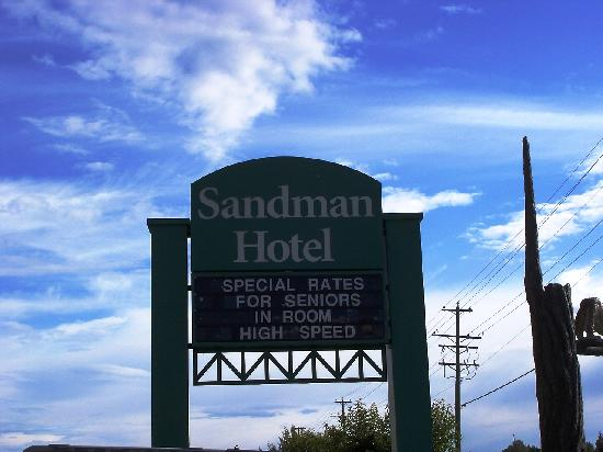 Sandman Hotel Quesnel: Sign indicating the hotel.