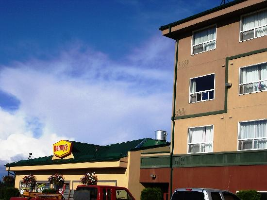 Sandman Hotel Quesnel: SIde view including the Dennys