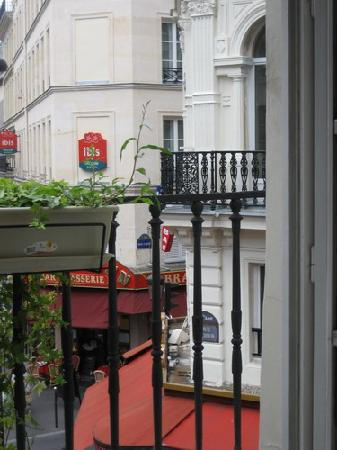 Jeff Hotel- Paris: 2 pubs & cafés in front of the hotel