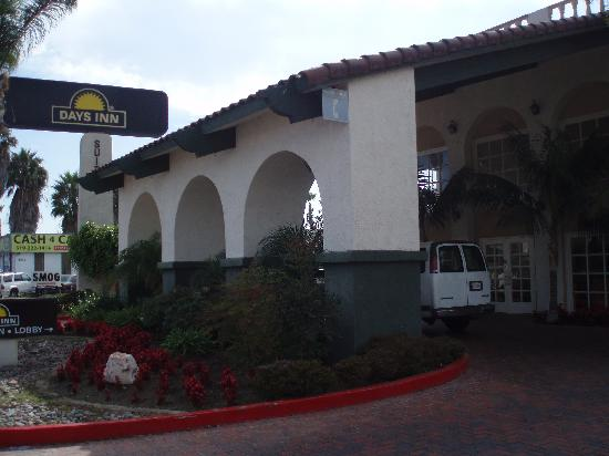 Days Inn and Suites San Diego Near Sea World: The reception building facing Rosecrans Street