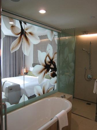 Crowne Plaza Changi Airport: Relax, take a bath