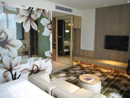 Crowne Plaza Changi Airport: Bedroom/bathroom