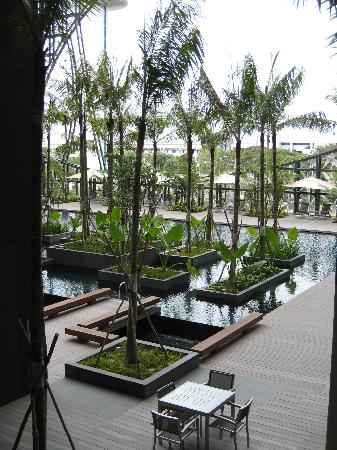 Crowne Plaza Changi Airport: View over the pool deck