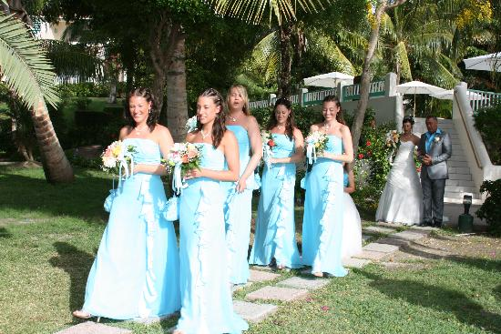 Blue Waters Antigua : walking down to the gazebo