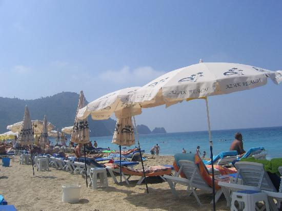 Azak Beach Hotel: The beach by day, around 100m from the restraunt.