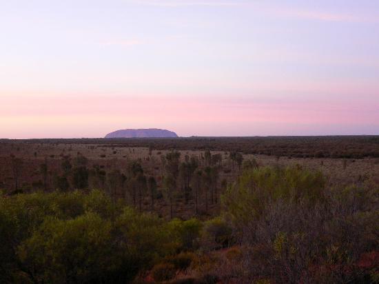 Longitude 131: Ayers Rock at dawn / 夜明けのエアーズロック