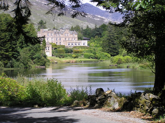 Recess, Irland: Arriving to Ballynahinch Castle Hotel by the backroad