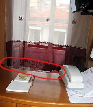 Perola dos Anjos: aqui se ve la cama detras de recepcion