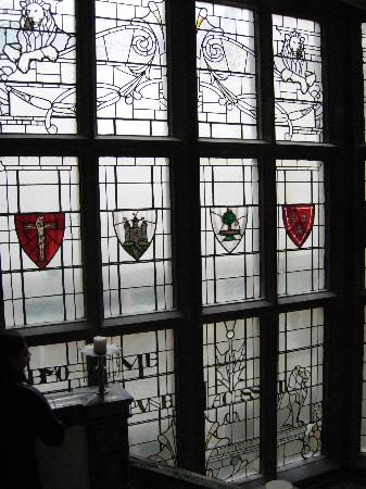 The Scotsman Hotel: Nice architectural feature (stained glass)