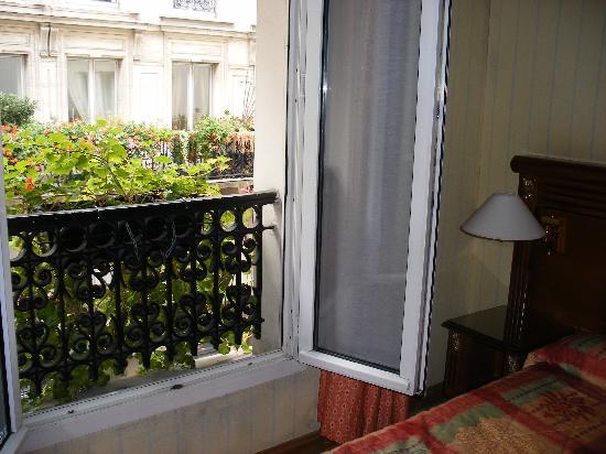Hotel Neva - Paris: Bedroom Windoe
