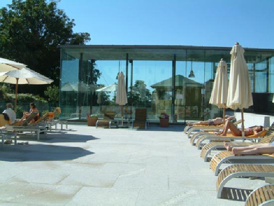 Parador de Turismo de La Granja: Sun deck beside pool