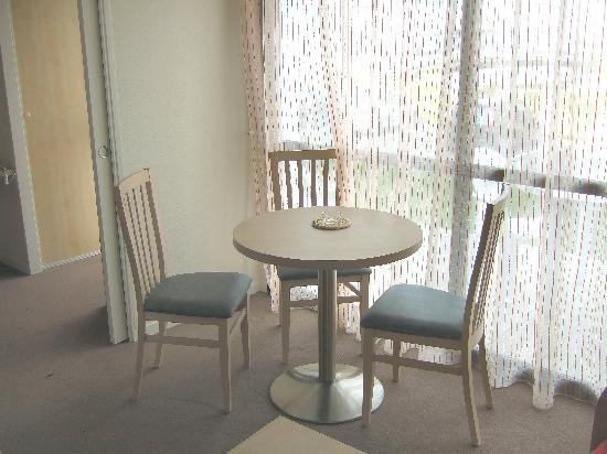 Appart'hotel Odalys Archipel : Table/chairs in living room