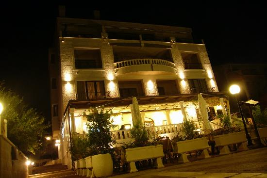 Villa Andrea: Hotel at night