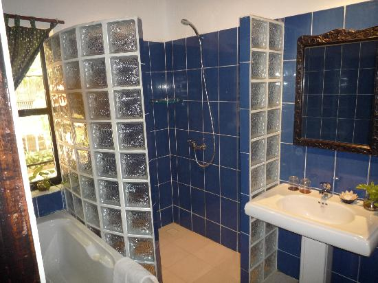 Bopha Siem Reap Boutique Hotel: Bathroom in Superior Room