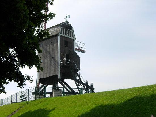 St Janshuis and Koelewei Mills: Magnífico este molino de Sint-Janshuis,que comparte un tranquilo paisaje,junto con tres molinos