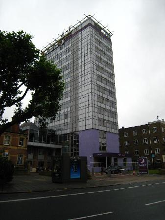 Premier Inn London Hammersmith Hotel: The hotel entrance from King Street