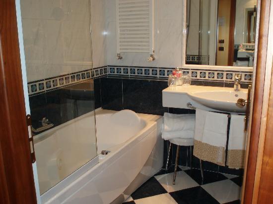 Hotel Parma & Congressi : Baño implecable