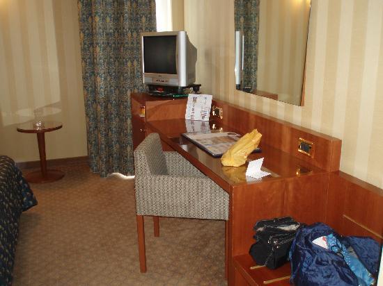 Hotel Parma & Congressi : Rincón de la habitación