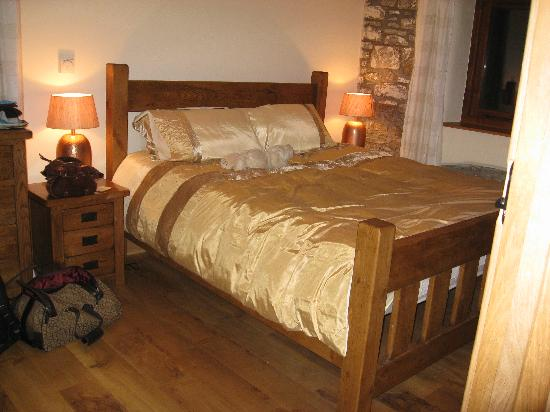 Wooldown Holiday Cottages: Lovely giant bed