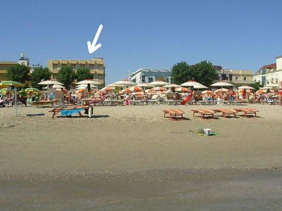 """Hotel IDA: Hotel visto dalla spiaggia (bagno 69 """"Rinaldo"""")"""