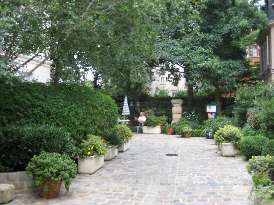 Hotel des Grandes Ecoles: Walkway leading to the Hotel