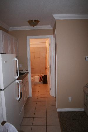 Town and Country Motel: Hallway to bathroom & bedroom