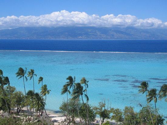 French Polynesia: Arrecife coralino de Moorea con la isla de Tahiti al fondo