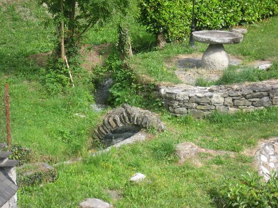 Hotel Le Montaigu : Le jardin et son torrent