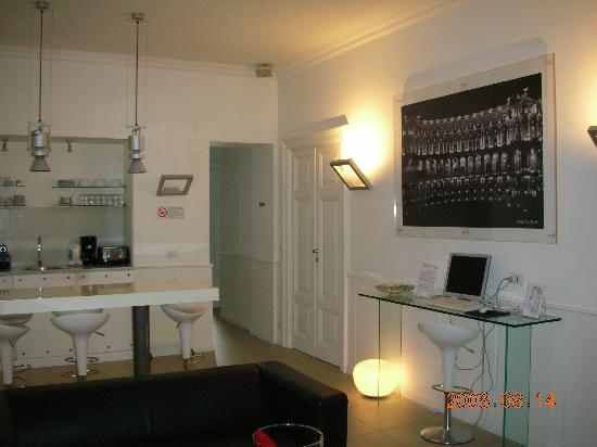 Bed & Breakfast Enjoy Rome : Main lobby (free internet, breakfast nook)